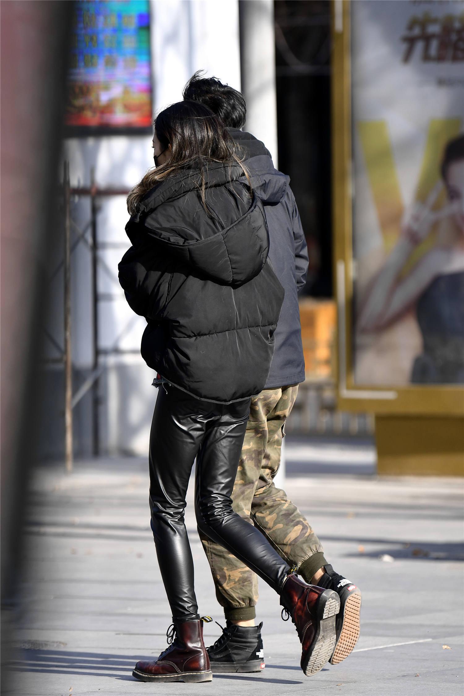 紧身裤皮搭配马丁长靴,显身材的穿搭,又有着淑女气质