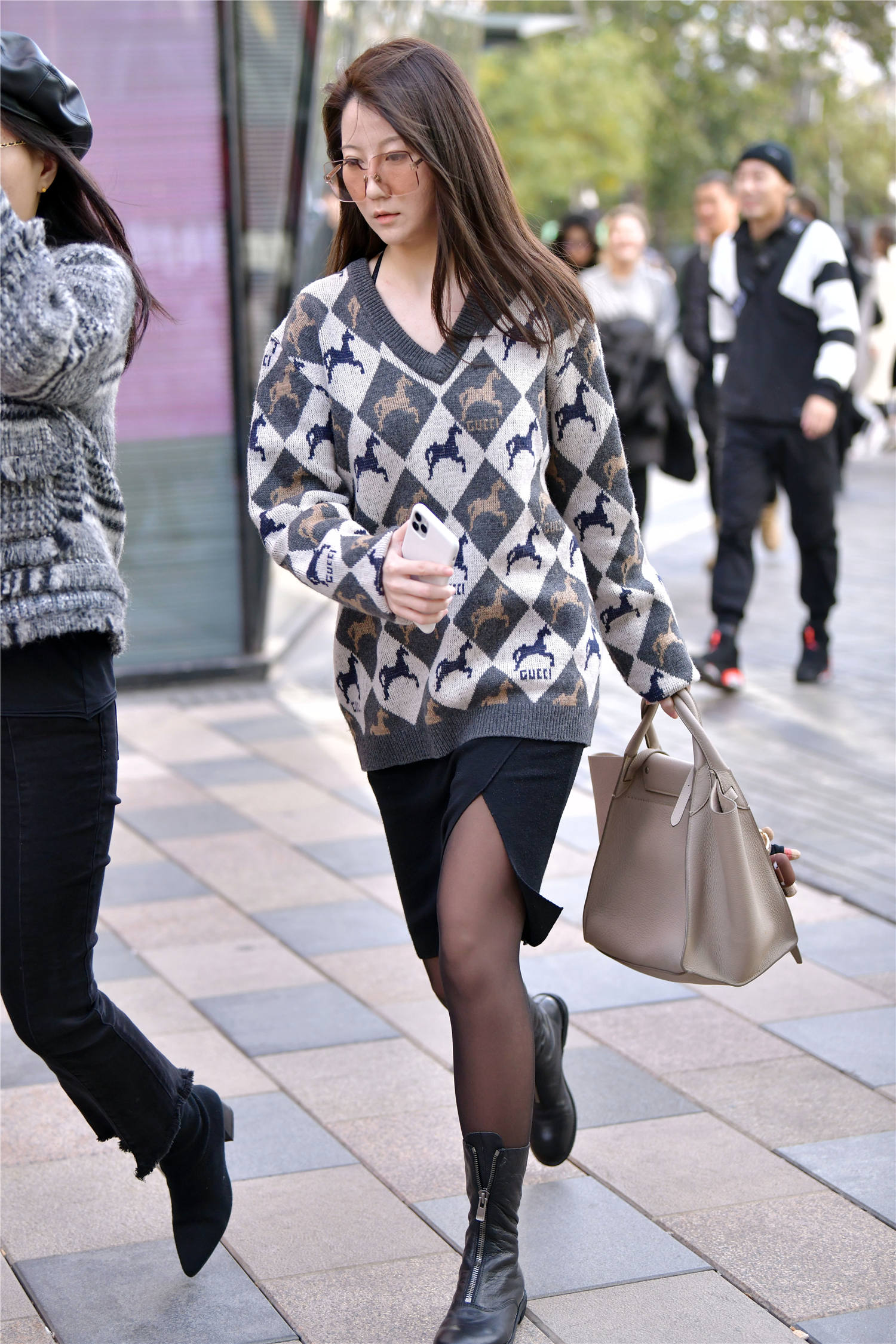 冬季搭配黑丝袜,喜欢显身材搭配的姑娘,她们知道怎么穿出时尚感