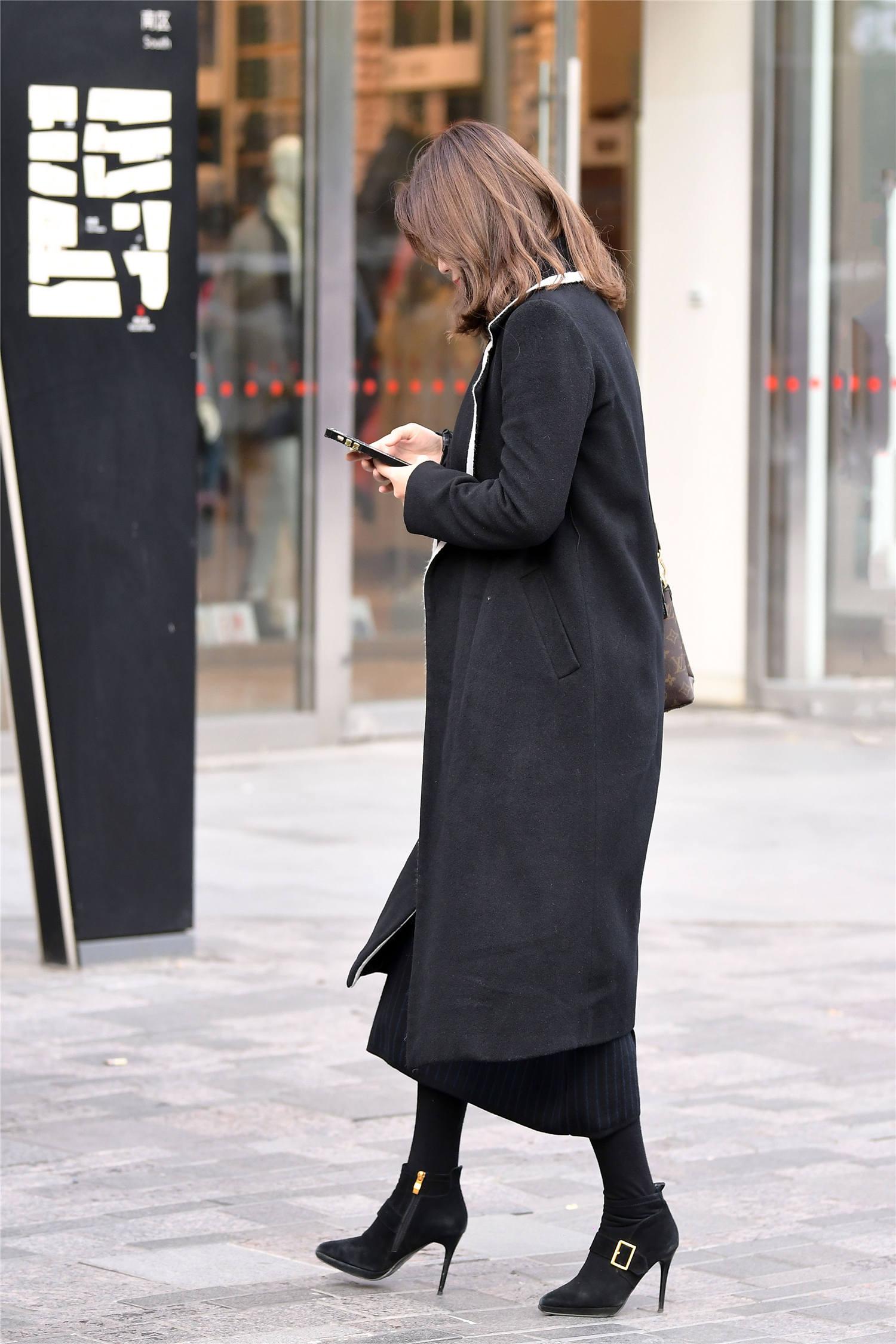 穿短靴就要选择高跟鞋,粗跟和细跟你喜欢哪一款,会怎么搭配呢?