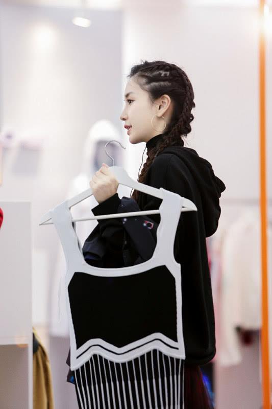 我的关键词 杨颖在《潮流合伙人》解锁两款新发型,将头发扎成羊角包,够潮!  时尚