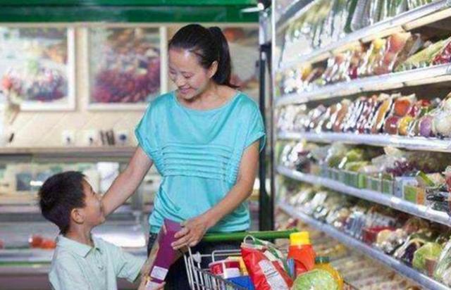 """孩子在超市剥荔枝吃,店员大骂""""没教养"""",母亲处理方式让人称赞  证券股票"""