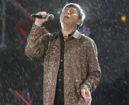 年近七旬的谭咏麟暴雨中坚持演唱,这才是真正的歌者