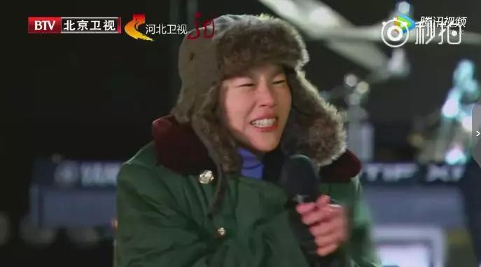 零下20度,窦靖童穿军大衣端手唱歌,吊打所有跨年演出上的明星