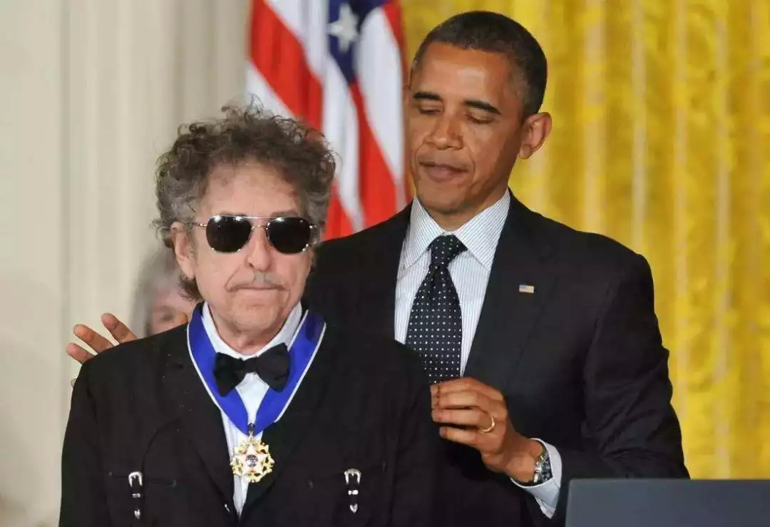 55年的今天,有个叫鲍勃迪伦的年轻人,办了他的第一场演唱会…