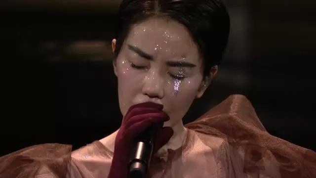 一个歌手究竟应该怎样变老,才不至于晚节不保?