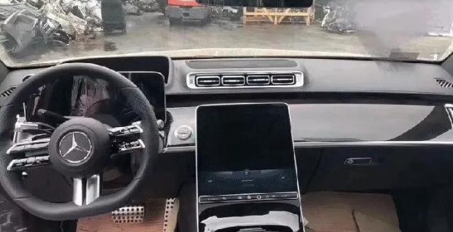 全新奔驰S内饰曝光,汽配城风格大屏受争议,前景迷茫?