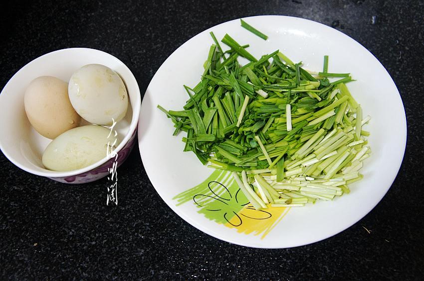 春天多给家人吃这菜,和鸡蛋一起炒又鲜又下饭,常吃对肝有好处