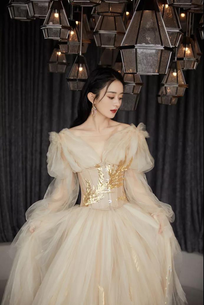 艺人身穿国货展示自己的态度,赵丽颖和张小斐都不约而同地选择了国产礼服品牌