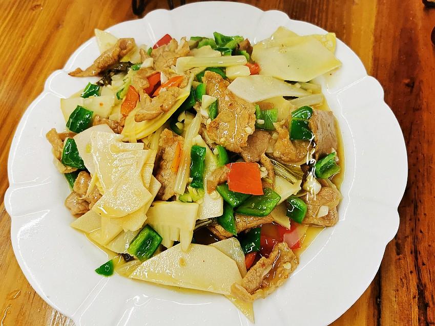 三清山金沙索道边,吃住星期八,午餐5人4菜1汤198元,贵不?