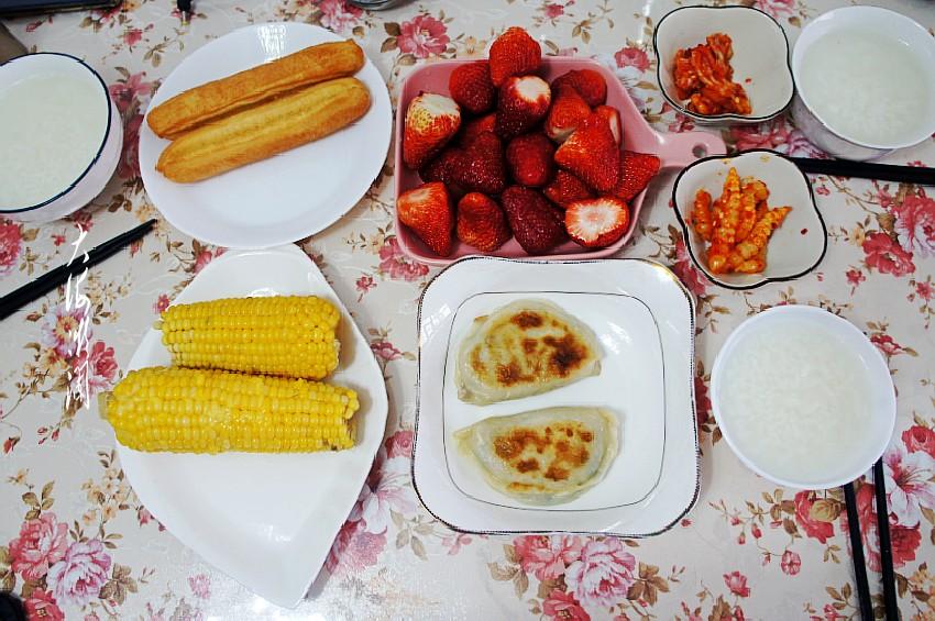 晒晒外甥女准备的简单早餐,粗细搭配营养全,网友:真像样!